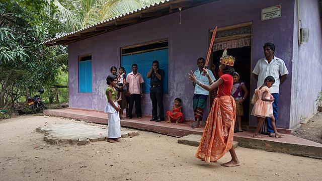 뮤지컬 공연을 선보이는 스리랑카 아이들의 모습
