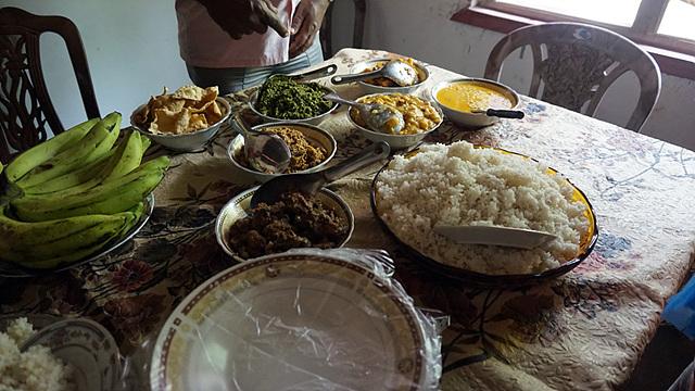 스리랑카 식으로 차려진 식탁. 한국과는 다른 쌀밥과 바나나가 눈에 띈다.