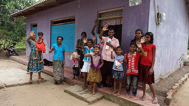 손을 흔들며 작별의 인사를 하는 스리랑카 사람들