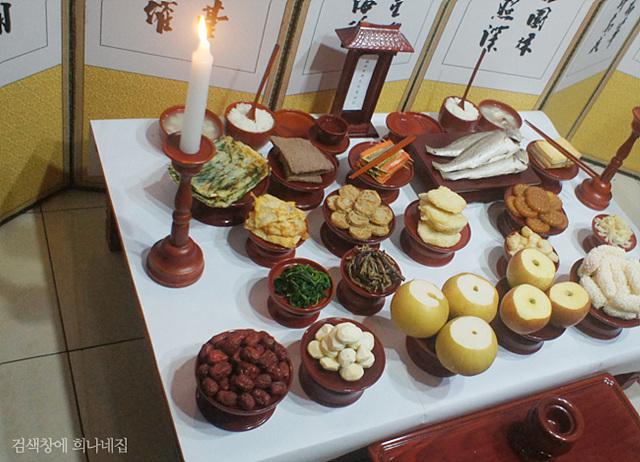 다양한 음식으로 가득 찬 추석 차례상의 모습.