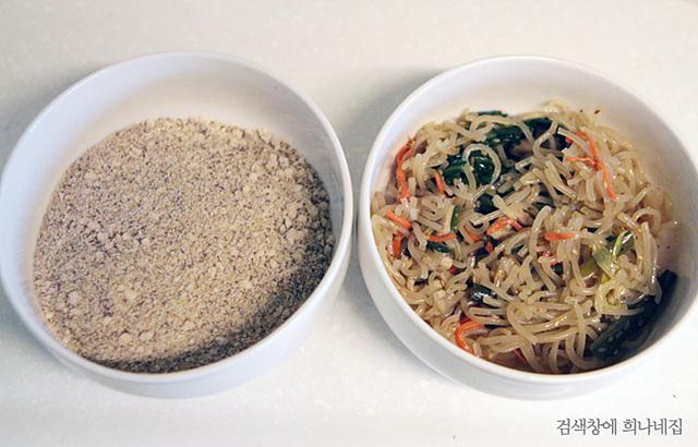 단호박 믹스와 잘게 잘린 잡채가 그릇에 담겨있다.