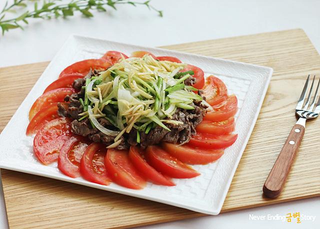 토마토 불고기 냉채가 그릇에 담겨 있다.