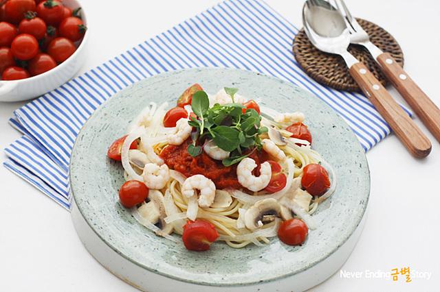토마토 파스타가 그릇에 담겨 있다.