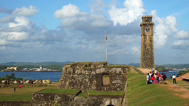 UNESCO에서 지정한 스리랑카의 세계문화유산 7곳 하나인 Galle Fort의 풍경. 파란 하늘과 바다를 배경으로 오래된 시계탑이 보인다.