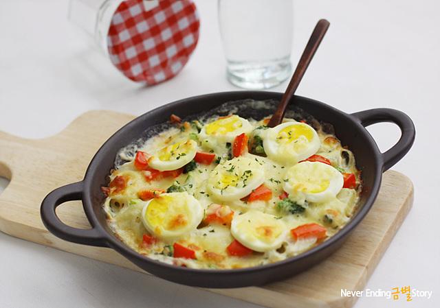 감자 달걀 치즈구이가 그릇에 담겨 있다.