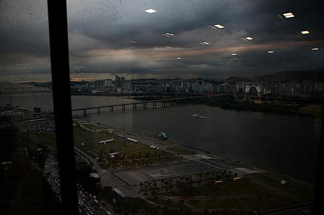 창 밖으로 한강과 야경이 보이고 있다.