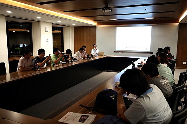 회의실에서 설명을 듣고 있는 더 블로거들의 모습