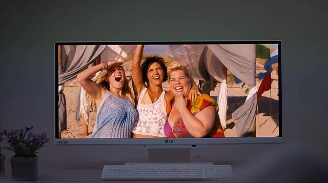 LG 일체형PC 화면에 즐거워하는 사람들의 모습이 보인다.