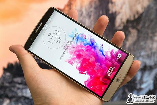 잠금 화면이 나타난 G3 스마트폰을 한 손으로 들고있다.