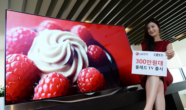 모델이 55형 곡면 올레드 TV와 함께 포즈를 취하고 있습니다.