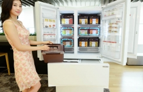 모델이 LG '디오스 김치톡톡' 김치냉장고 565리터 신제품을 설명하고 있는 모습 입니다.
