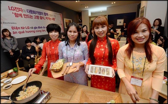 요리강좌에 참여한 후 기념촬영을 하고 있는 베트남출신 주부들 입니다.