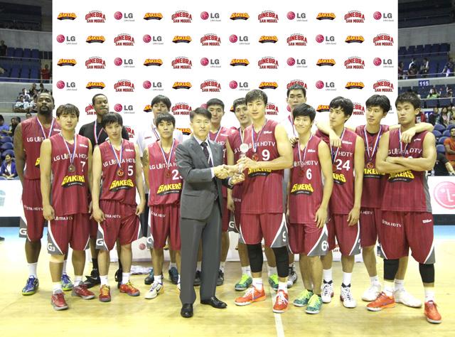 남성우 필리핀 법인장(중앙 양복)이 'LG세이커스'팀에게 우승트로피를 전달하고 기념촬영을 하는 모습 입니다.