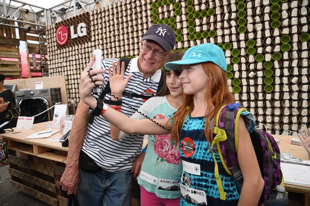 월드 메이커 페어 뉴욕 2014'에서  G3의 '셀피(Selfie) 기능' 을 체험하며 즐거워하고 있는 관람객들 모습 입니다.