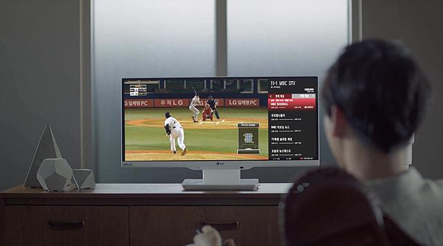 LG 일체형PC를 통해 야구경기와 함께 다른 구단의 성적도 확인하고 있다.