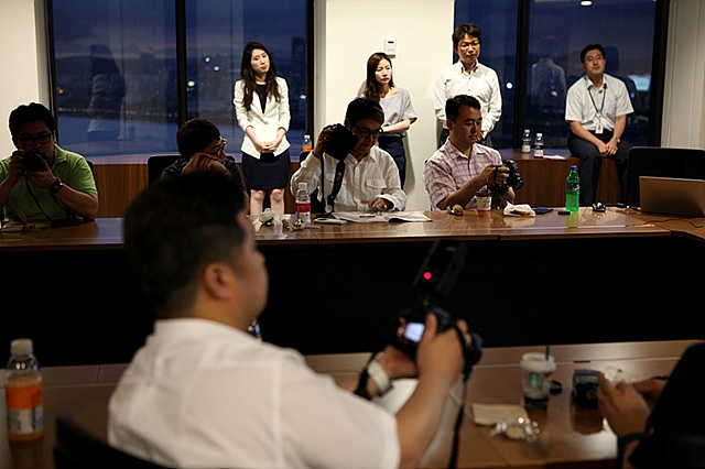 LG 탭북에 대한 설명을 듣고 있는 더 블로거들의 모습