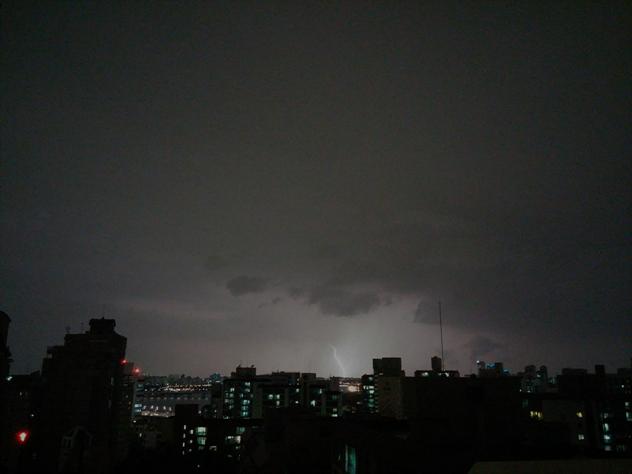 밤하늘 번개 치는 모습을 촬영했다.