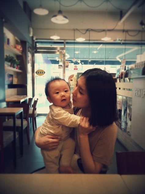 아이를 안고 있는 엄마의 모습
