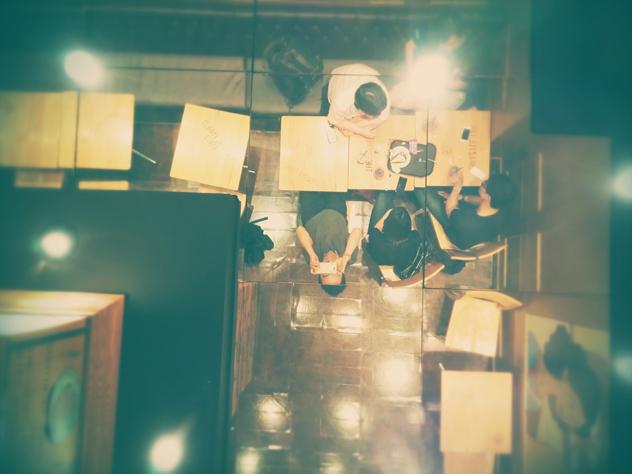 커피숍에 앉아있는 모습. 천정 유리창에 비친 모습을 촬영했다.