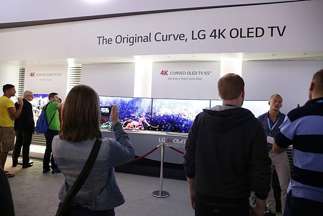 LG 4K OLED TV 부스 앞에서 사진을 찍는 관객들