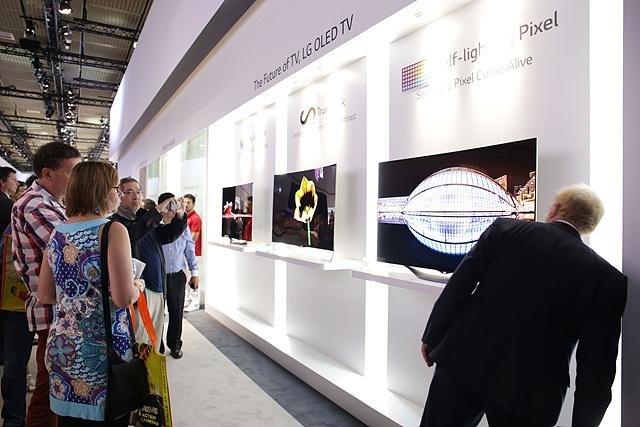 전시된 LG OLED TV를 바라보는 관객들의 모습