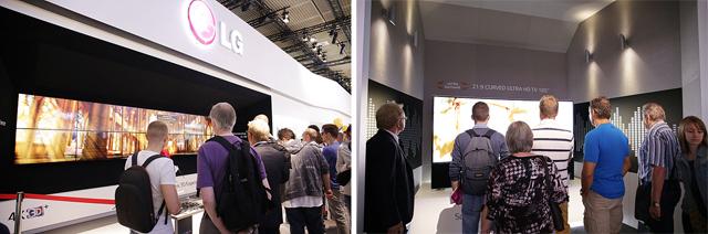 LG 4K OLED TV가 전시된 모습(왼쪽)  LG 4K OLED TV를 관람하는 관객들(오른쪽)