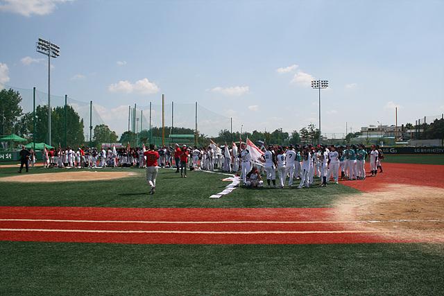 2014 LG배 여자야구대회 개막식 현장. 경기장 중앙에 선수들이 모여 있다.