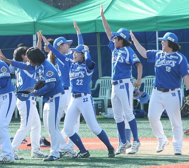 푸른색 유니폼을 입은 고양 레이커스 선수들이 환호성을 지르며 하이파이브 하고 있다.