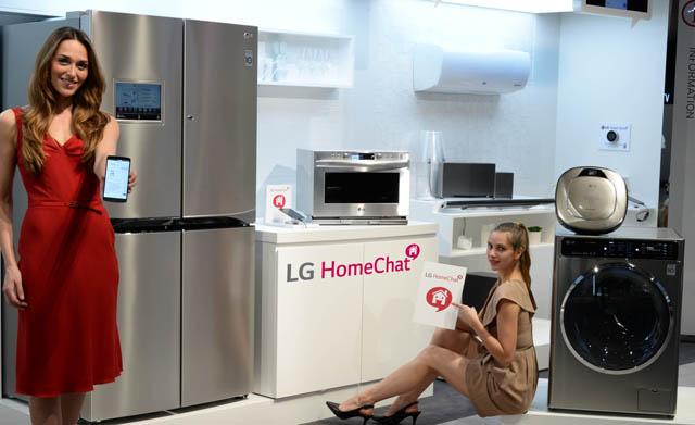 모델들이 LG전자 부스에서 지원기기와 서비스는 더 다양해지고, 미국 스마트 온도 조절기 '네스트' 등과도 연동한 LG만의 스마트홈 서비스인 'LG 홈챗'을 시연하고 있다.