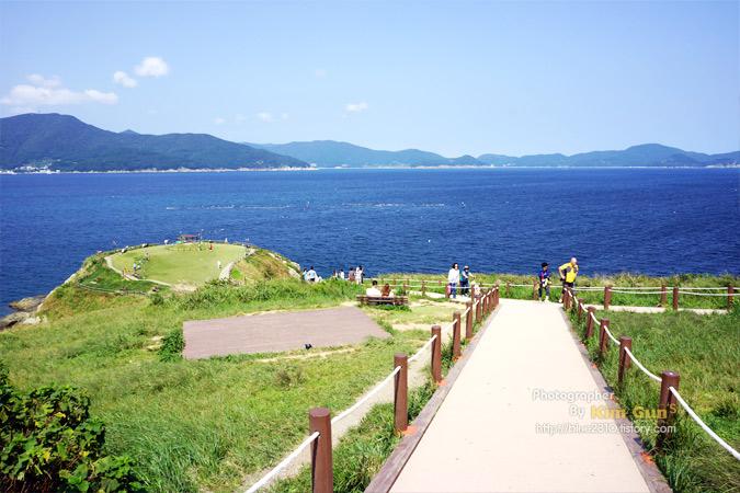 거제도 바람의 언덕, 푸른 바다와 하늘이 펼쳐져 있다.