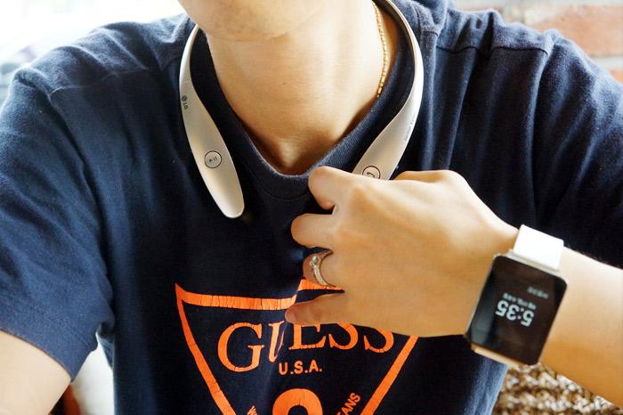 LG 톤플러스 HBS-900과 G워치를 함께 착용한 모습
