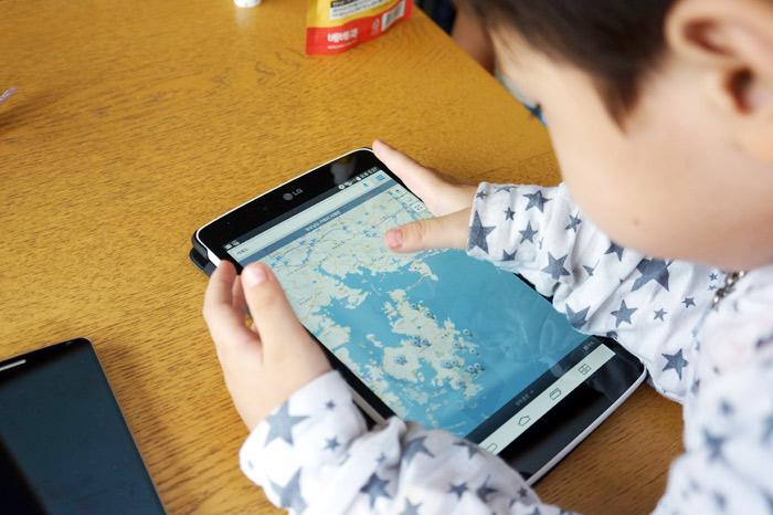 아이가 G패드로 지도를 보고 있다.