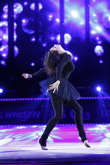 드미트리예바 선수가 공연을 선보이고 있다.