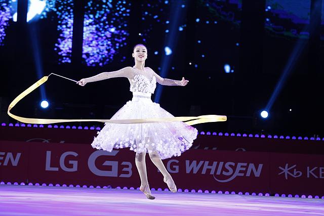 손연재 선수가 흰색 드레스를 입고 리듬체조 리본 부분을 선보이고 있다.