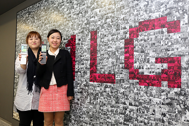 문윤정 선임연구원(左)과 이지영 과장(右)이 와인 스마트를 들고 웃고 있다.