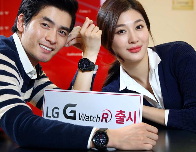 모델들이 'LG G워치R'을 손목에 착용하고 포즈를 취하고 있습니다.