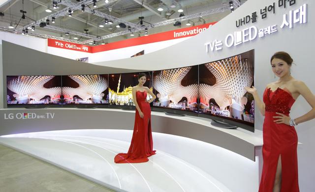 모델들이 LG전자 77형 '울트라 올레드 TV'를 소개하고 있습니다.