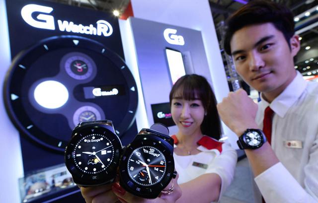 모델들이 LG전자 스마트 웨어러블 기기 'G워치 R'을 선보이고 있습니다.