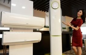 LG전자 모델이 공기청정 성능을 강화한 '휘센 냉난방에어컨'을 소개하고 있는 모습 입니다.