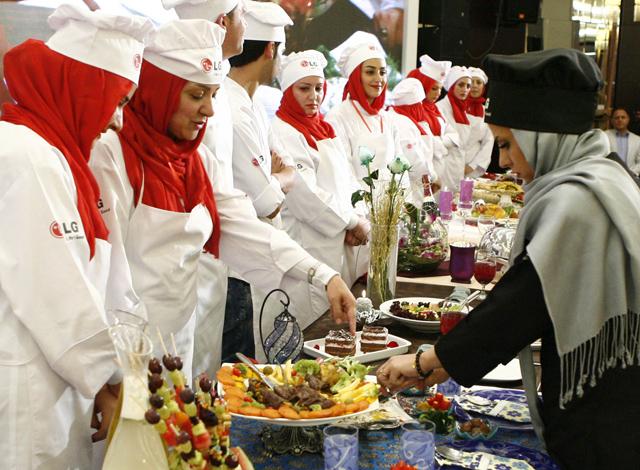 심사위원들이 'LG 광파오븐'을 이용해 만든 창작 요리를 평가하고 있습니다.