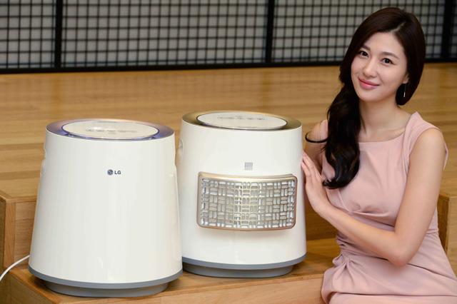 모델이 위생기능을 강화한 'LG 에어워셔' 신제품을 소개하고 있는 모습 입니다.