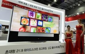 모델들이 LG전자 105형 '곡면 울트라HD TV'를 선보이고 있습니다.
