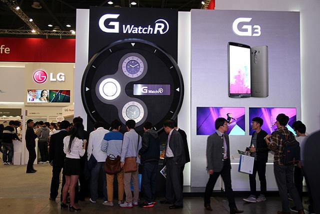 LG G워치R 부스에 사람들이 몰려있다.