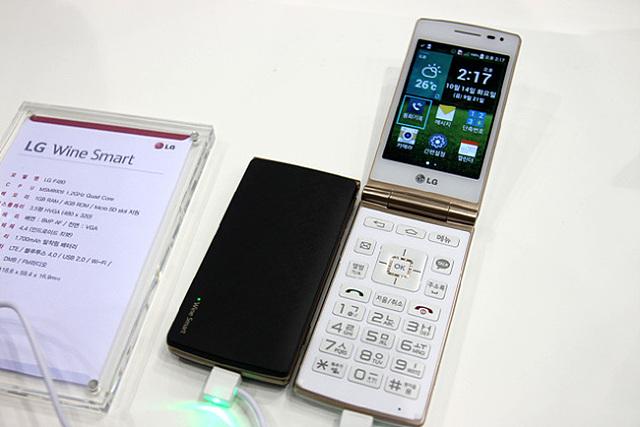 LG 와인스마트 블랙과 화이트가 나란히 전시되어 있다.