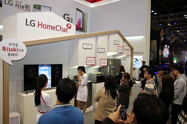 LG전자 홈챗존에서 관계자가 제품에 대해 설명하고 있다.