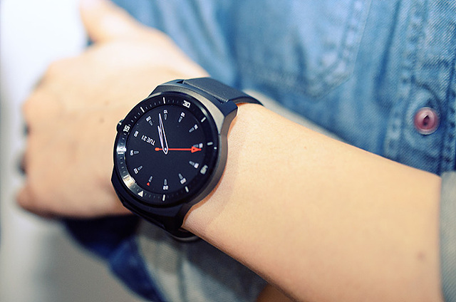 G워치R을 디자인한 디자이너의 G워치R. 손목에 G워치R을 착용한 모습