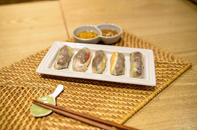 불고기가 들어간 한국식 월남쌈이 접시에 담겨 놓여있다.