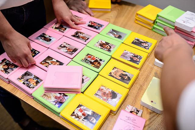 테이블 위에 늘어져 있는 포켓포토. 참가자들의 모습이 사진에 담겨 있다.