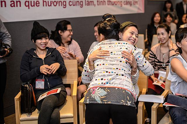 베트남에서 시집 온 딸과 친정 엄마가 서로 얼싸안고 있다.