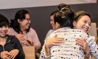 온정캠페인 진행 현장. 베트남인 모녀가 서로 포옹하고 있다.